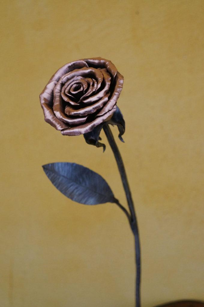 Rose en fer forgé et cuivre Finition : brut vernis