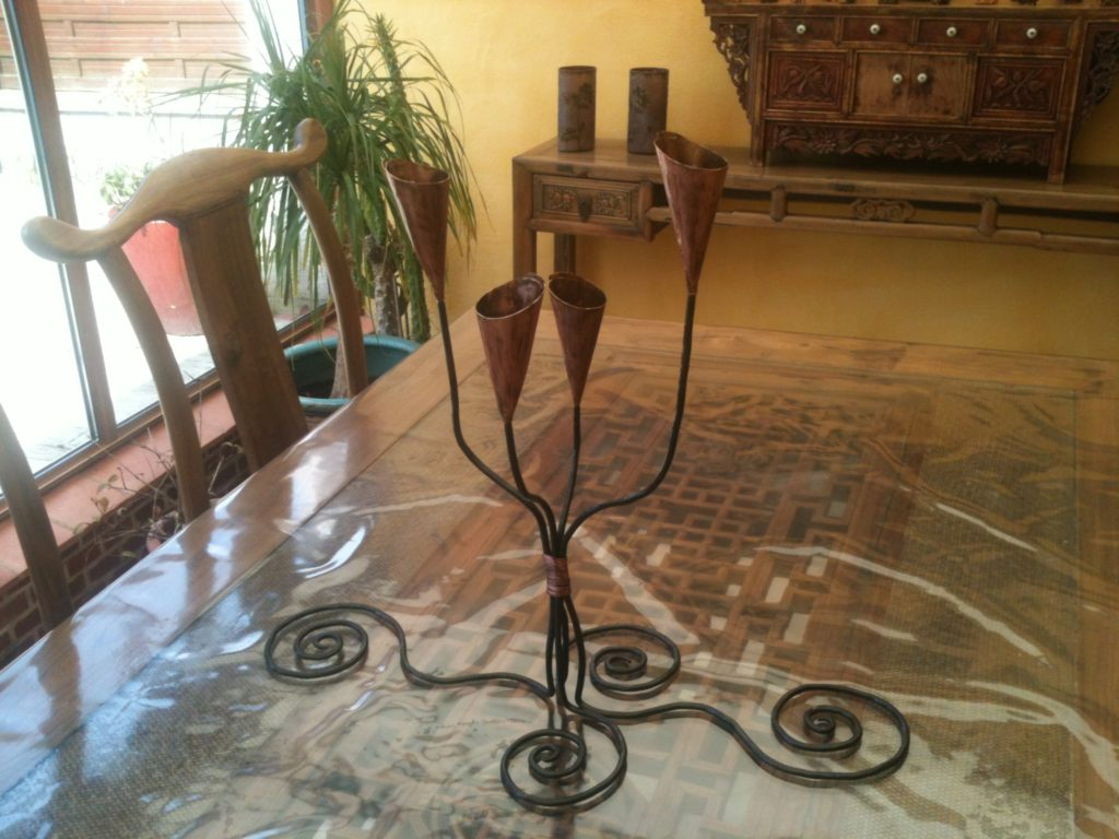 Chandelier en fer forgé, pieds volutes, bobèches en cuivre Finition : acier bruni