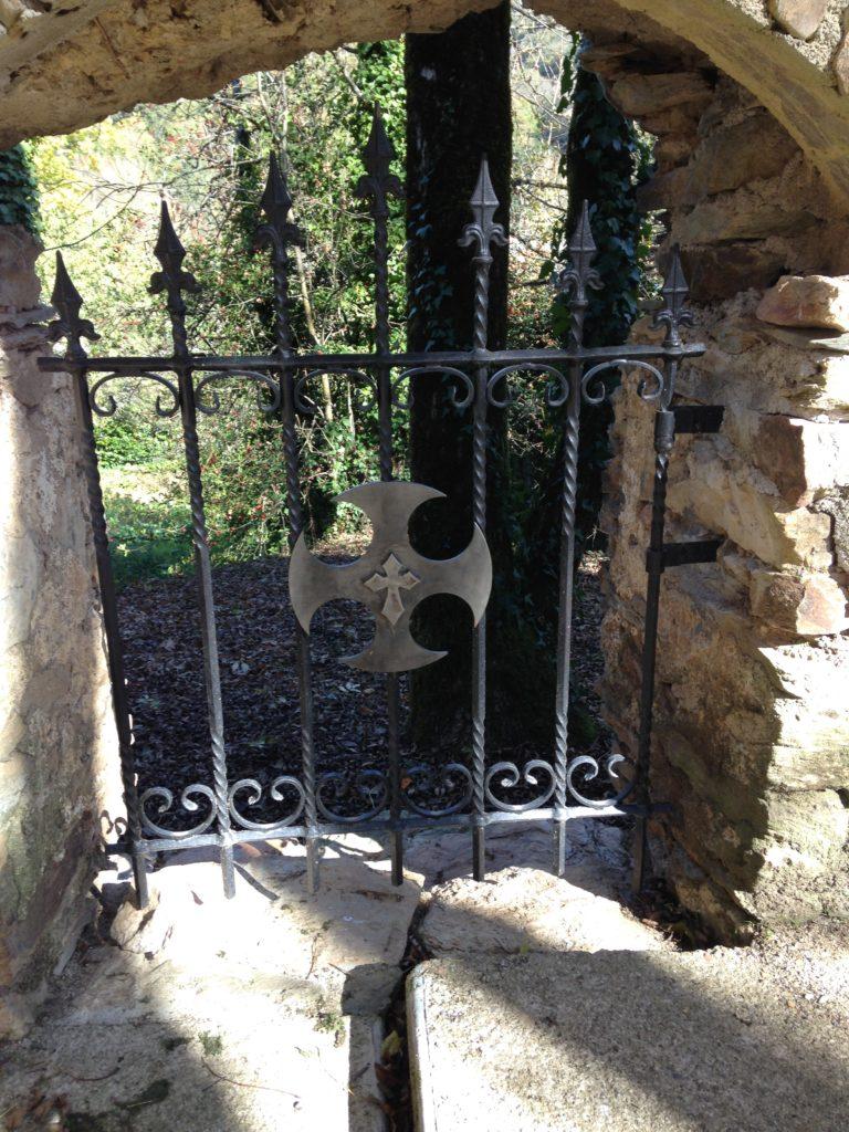 Portillon en fer forgé  avec un décor de croix cathare