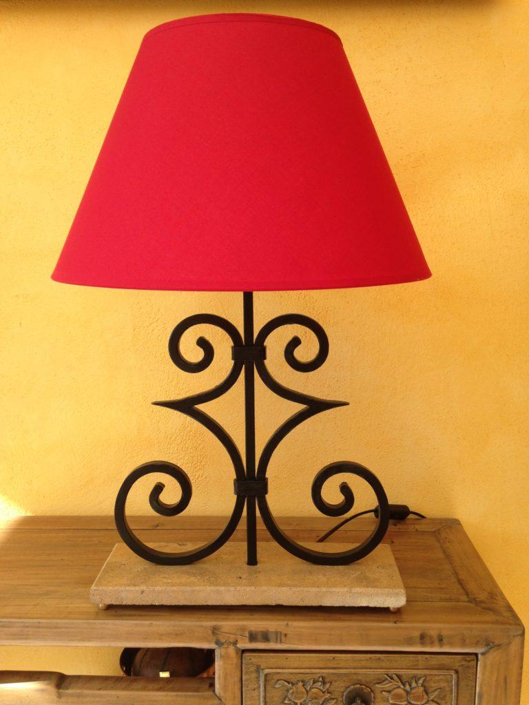 """Lampe """"volutes""""en fer forgé, socle en pierre, éclairage par ampoule. Finition : peinture noir satin"""