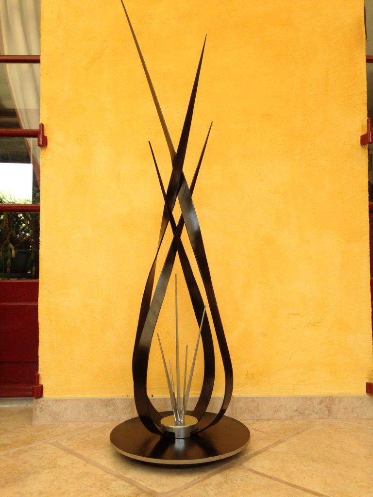 """Lampadaire """"les flèches"""" en fer forgé, éclairage par bandes de led Finition : peinture noir satin"""
