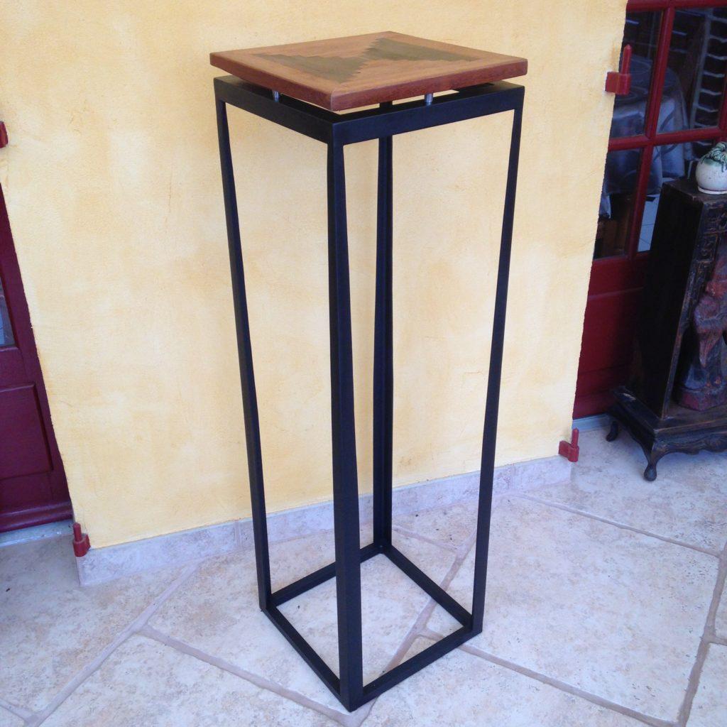 Sellette acier avec plateau bois. Finition : peinture noir mat