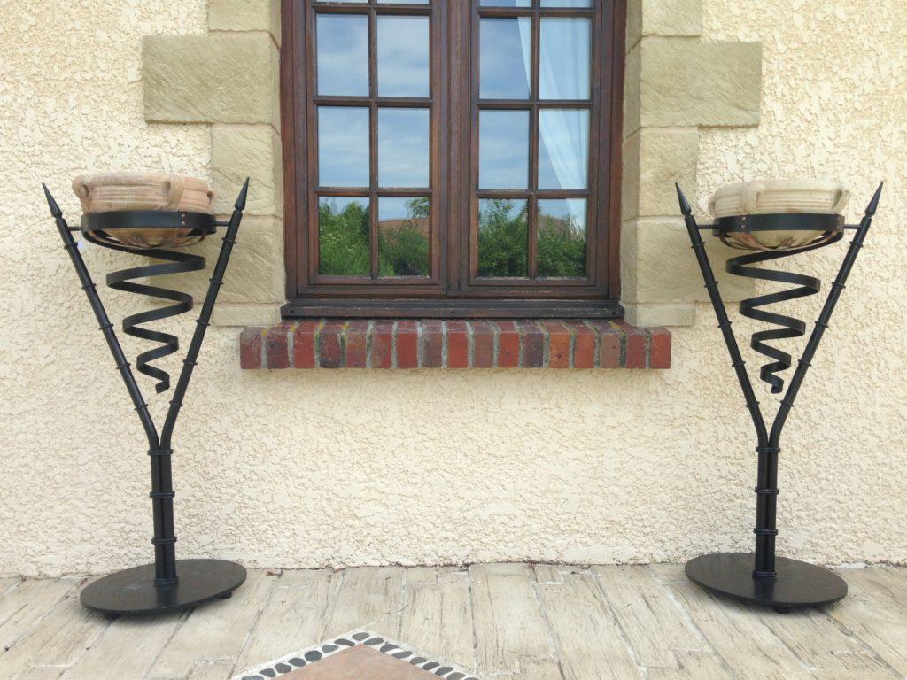 Paire de porte jarre en fer forgé et cuivre Finition : peinture noir satin