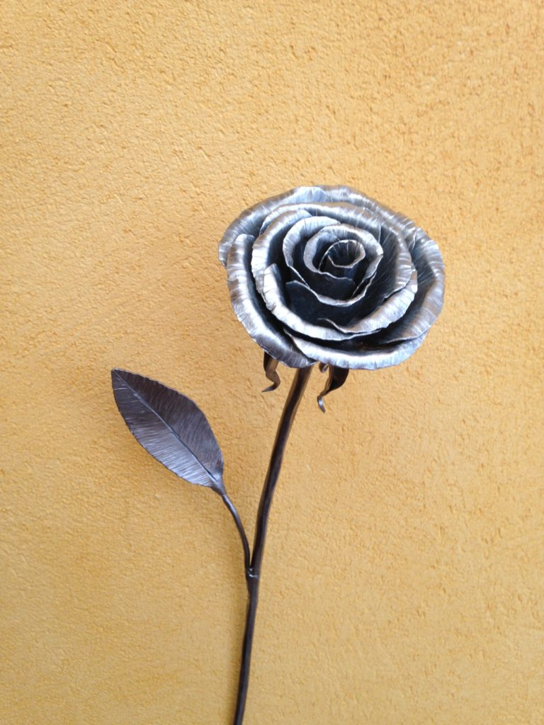 Rose en fer forgé et zinc Finition : acier brut vernis