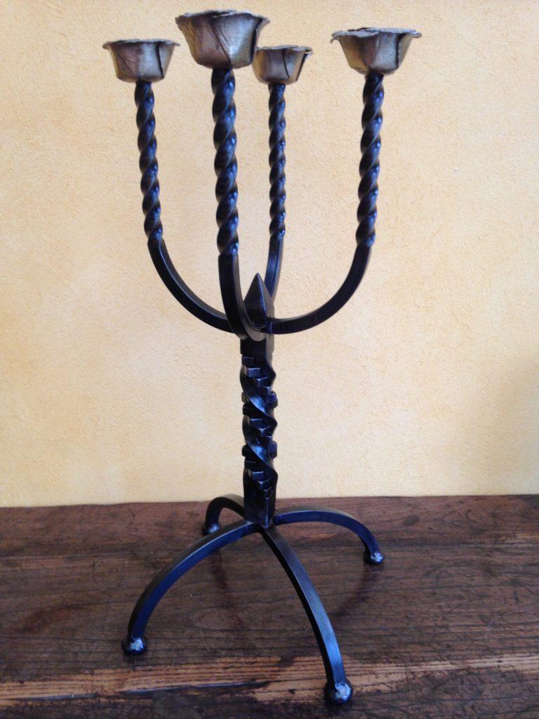 Chandelier en fer forgé à 4 branches, bobèches décor de roses en laiton Finition : acier bruni
