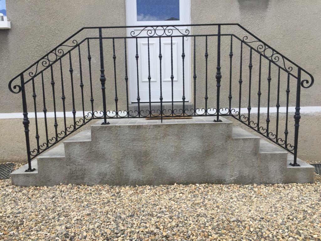 Balustrade en fer forgé, palier avec descente d'escalier de chaque coté