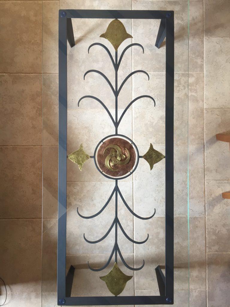 Table en fer forgé, laiton et cuivre avec l'emblème des cornes d'Odin Plateau en verre