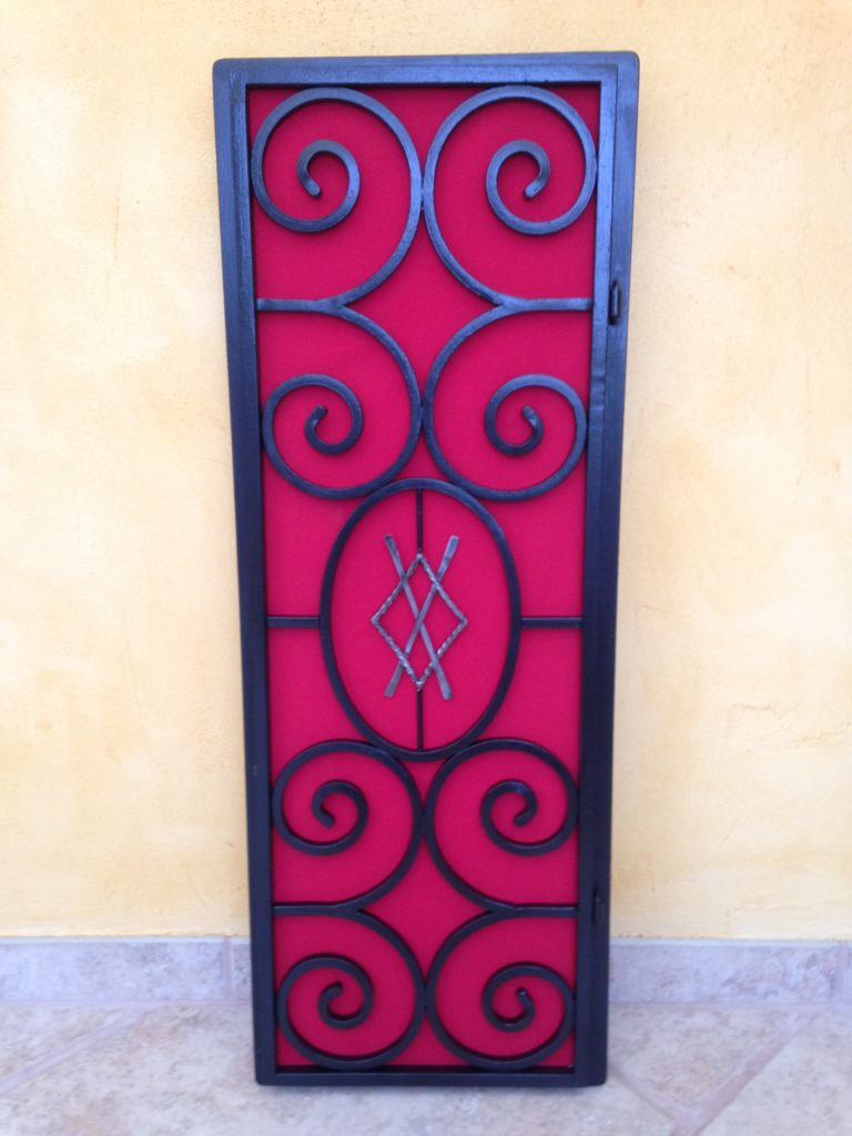 """Porte """"cache compteur"""" en fer forgé, finition peinture noir satin et tissus"""