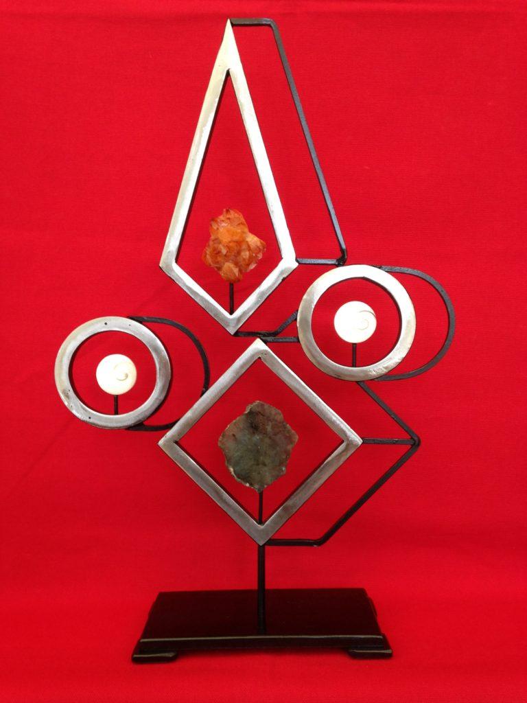 Sculpture géométrique en acier avec 4 gemmes
