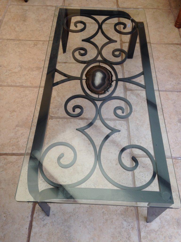 Table basse en fer forgé et agate dessus verre. Finition couleur antracite