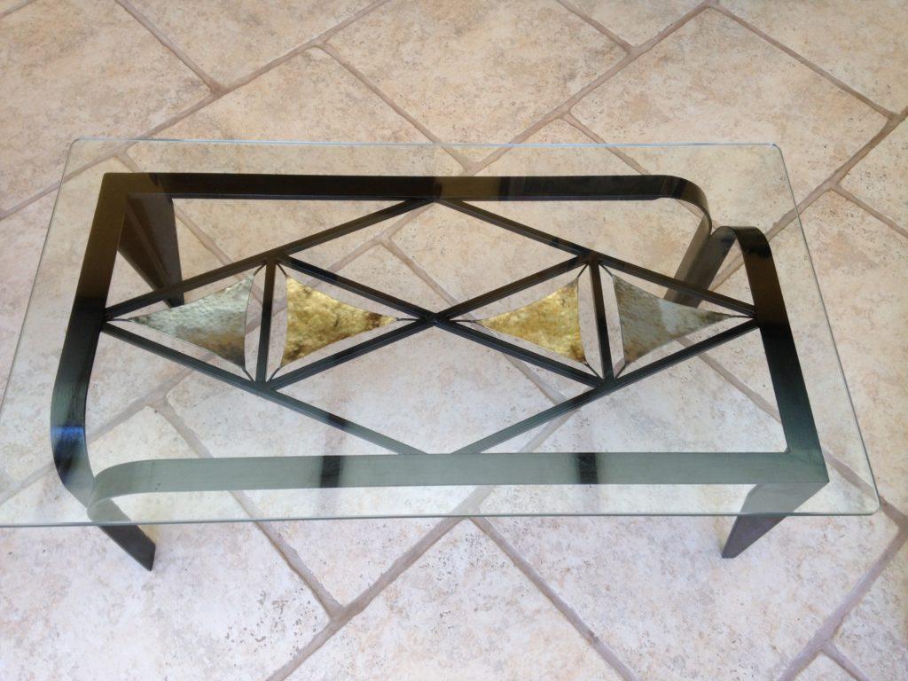 Table en fer forgé, inserts en acier et laiton Finition noir brillant