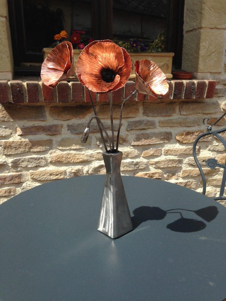 Bouquet de coquelicots et son vase en acier brut et cuivre vernis