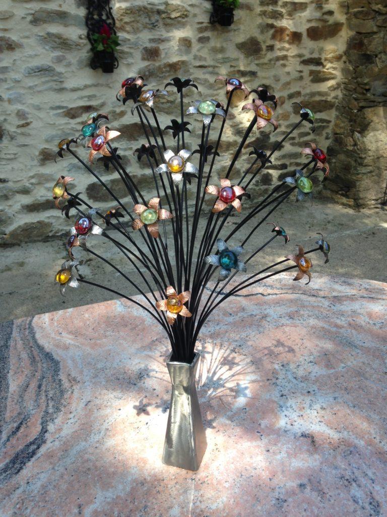 Bouquet de fleurs en fer forgé dans son vase fleurs en acier et cuivre et billes de verre
