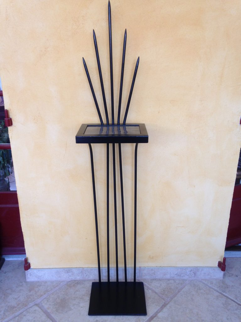 Sellette en fer forgé peinture noir plateau acier brut vernis